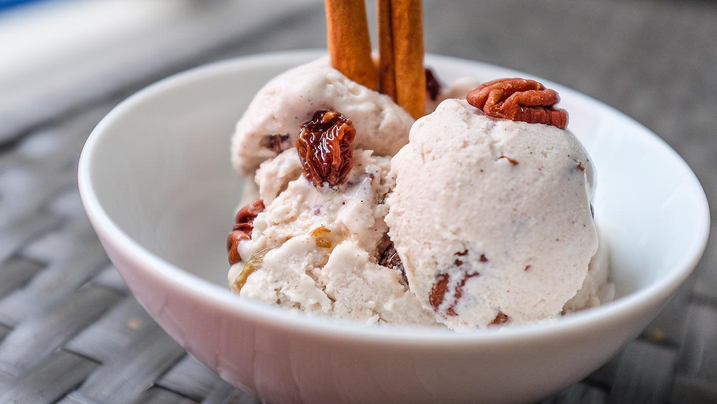 Skořicová zmrzlina spekanovými ořechy arumovými rozinkami