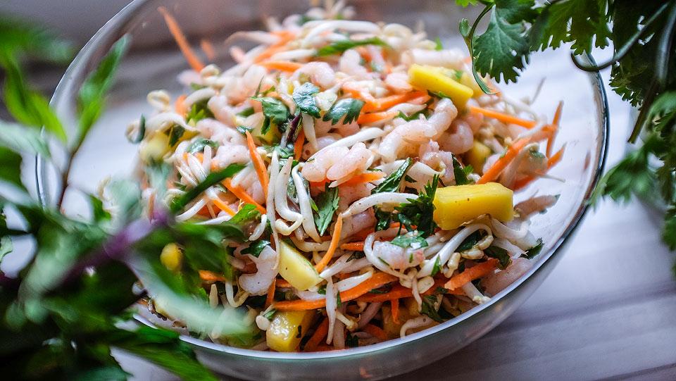 Salát z mungo klíčků s mangem a krevetami
