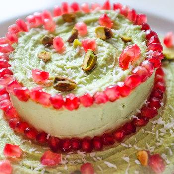 Raw cheesecake z avokáda a granátového jablka