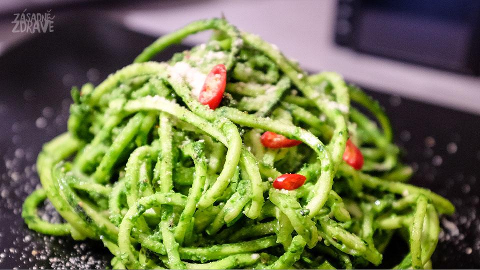 Cuketové špagety s pestem z medvědího česneku