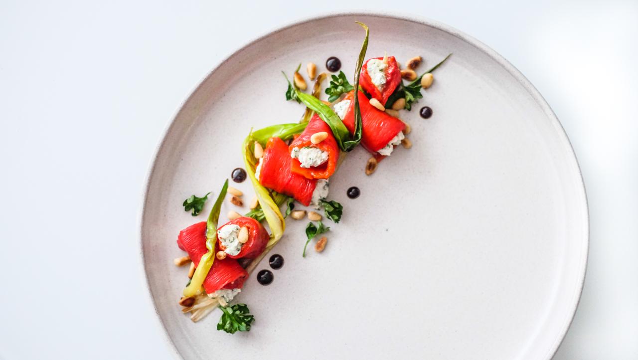 Pečené papriky plněné lučinou s jarní cibulkou a piniovými oříšky