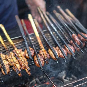 Bún chả [bún čá] - grilovaný vepřový bůček na ohni