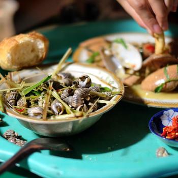 Jíme mořské škeble Ngao hoa xào bơ [ŋao hoa sao bə] a šneky Ốc mít sần [ok mit san]
