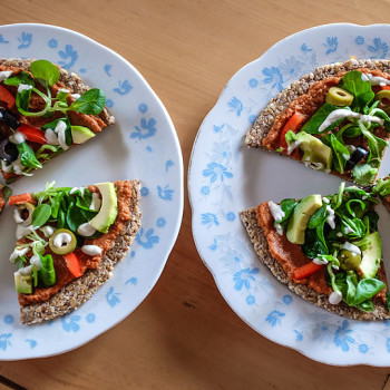 Raw pizza s rajčatovým pestem a zeleninou