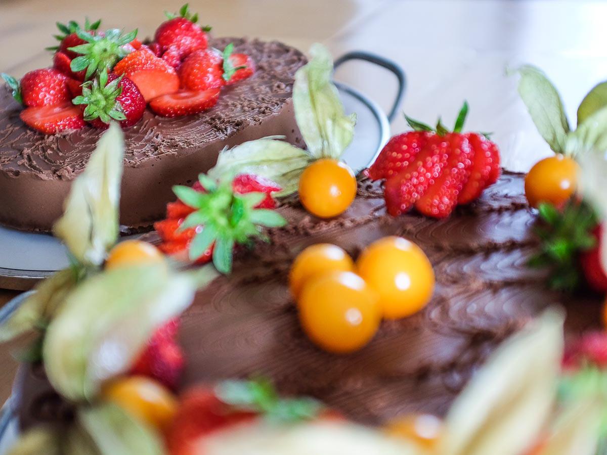 Raw čokoládový dort sjahodami amochyní
