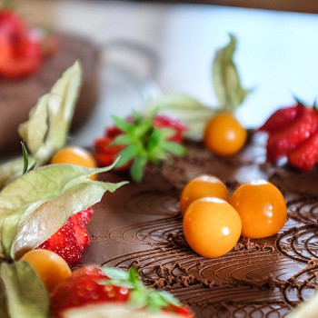 Raw čokoládový dort s jahodami a mochyní