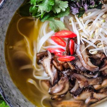 Vegetariánská polévka Phở chay s hlívou ústřičnou