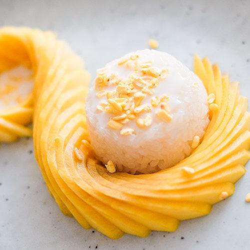 """""""Mango sticky rice"""" aneb lepkavá rýže smangem, kokosovým krémem ažlutými fazolkami mungo"""