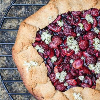 Křehká ovesná galetka střešněmi abezovým květem