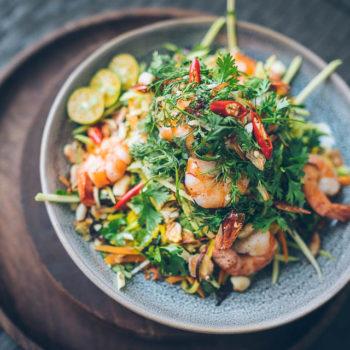Nom xoai - Bylinkový mango salát s krevetami