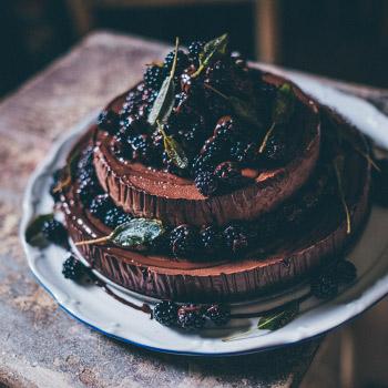 Čokoládový baileys double cheesecake s ostružinami a šalvějí
