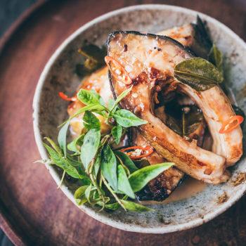 Ca kho to - Karamelizovaná ryba na limetových listech a chilli