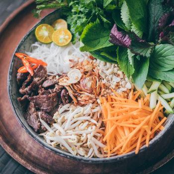 Bun bo Nam Bo - Nudle s bylinkami a hovězím masem