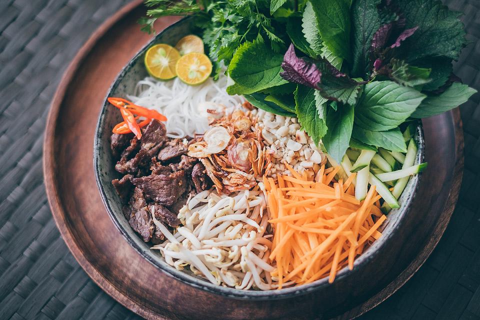 """Bun bo Nam Bo - Nudle s bylinkami a hovězím masem """"po jižansku"""""""