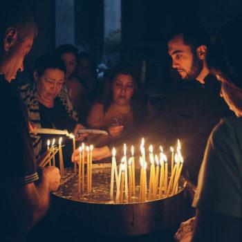 Jeruzalém - věřící v Chrámu Božího hrobu