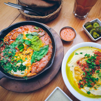 Jeruzalém - snídaně na trhu - šakšuka s hummusem a pita