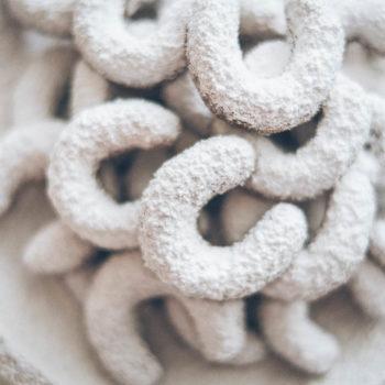 Křehké oříškové vanilkové rohlíčky