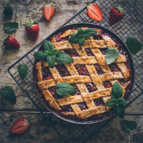 Rebarborovo-jahodový mřížkový koláč smeduňkou