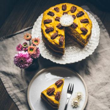 Ultra dýňový veganský dort skrémem zbílé čokolády skardamomem